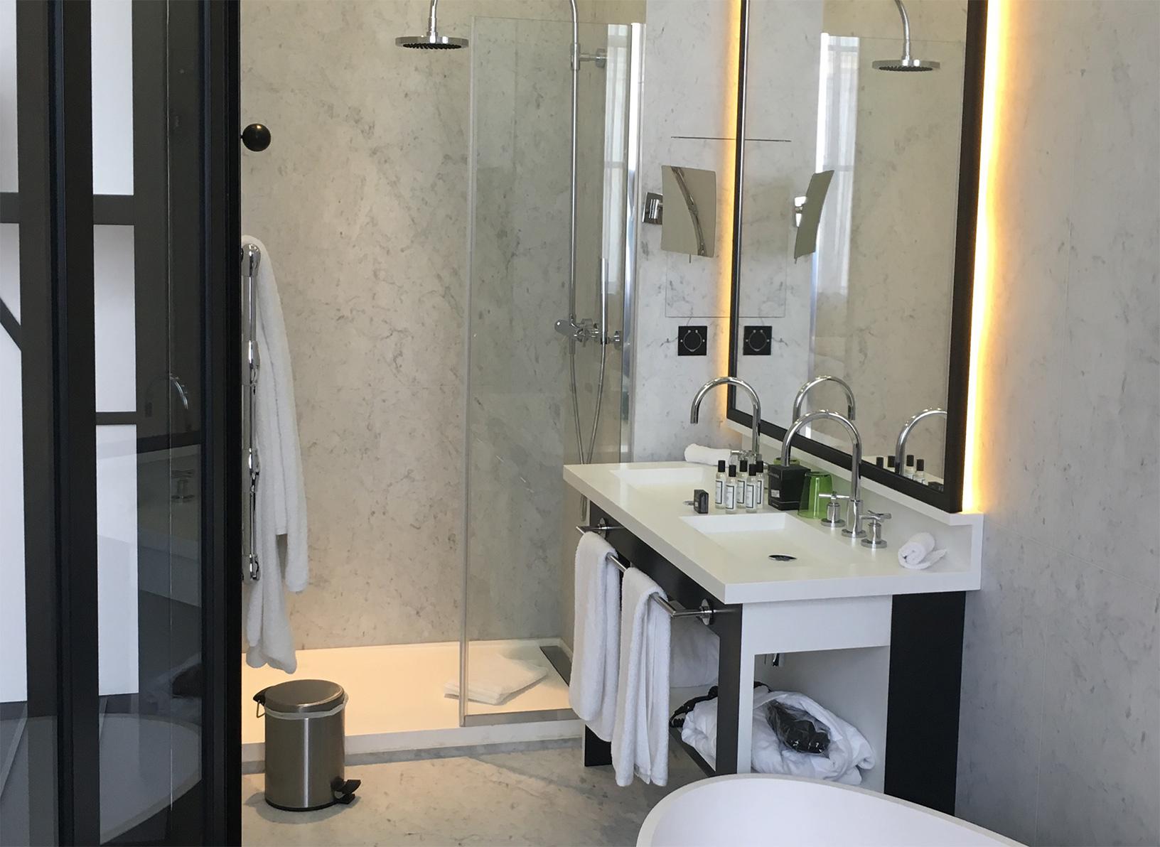 Salle de bain h tel du minist re ates france for Salle de bain foncee